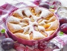 Рецепта Лесен сочен сладкиш / пай с пресни сини сливи и пудра захар